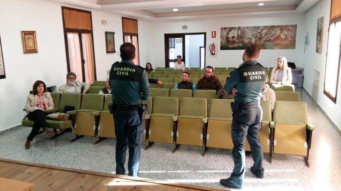 La Guardia Civil ha ofrecido una charla sobre el robo de castañas en la Sierra