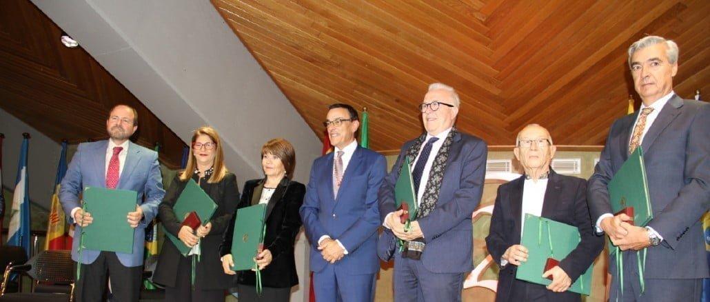 El presidente de la Diputación junto a los galardonados con la Medalla de Oro de la Provincia