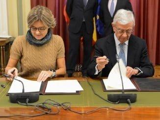 La ministra firma el acuerdo con el presidente de la Real Academia de Gastronomía