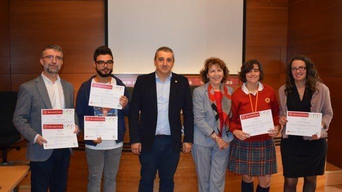 Los ganadores de la Olimpiada de Economia junto a Tomás Escobar Rodríguez y Maribel Hueso