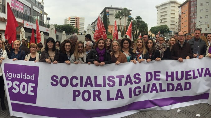 Eva Salazar, junto a otros miembros socialistas, en la manifestación contra la violencia machista