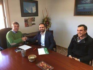 El delegado de Agricultura entrega una ayuda de 126.672 euros a la cooperativa Frutos del Condado