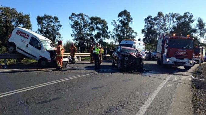 Estado en que quedaron los dos vehículos tras la colisión mortal en la peligrosa carretera próxima a Beas.
