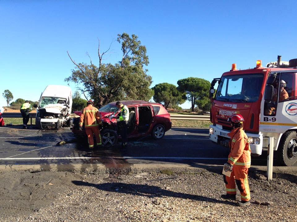 Intervención de efectivos del Consorcio Provincial de Bomberos tras el accidente, según las fotos publicadas por el mismo en su página de facebook.