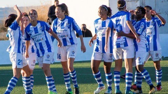 Alegría de las jugadoras del Sporting tras el gol.