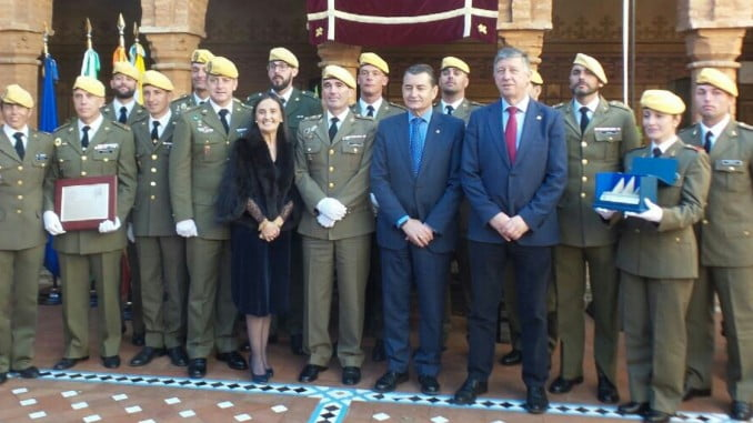 Miembros de la UME con el delegado del Gobierno en Andalucía, subdelegada en Huelva y alcalde de Palos.