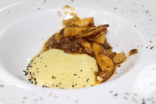 El exquisito plato de choco con puré y trufa del restaurante 'Azabache'.