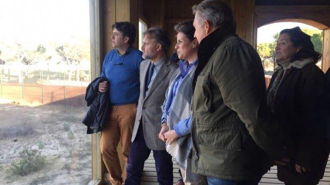 El consejero José Fiscal y la alcaldesa de Almonte visitan el espacio natural que se prepara en Doñana para ver el lince ibérico.