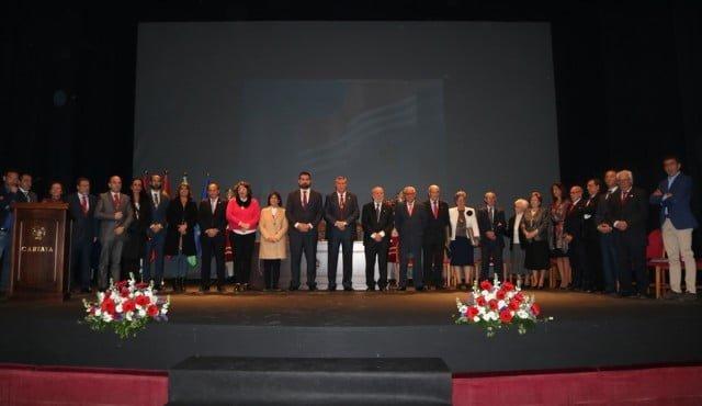 Foto de familia tras el homenaje a las primera corporación municipal de la democracia.