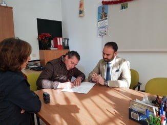El delegado de la Junta entrega la ayuda OPFH a la Cooperativa Freslucena.