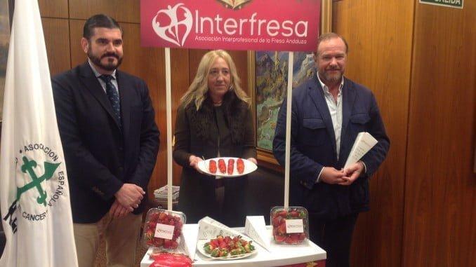 Interfresa repite este año su acción solidaria de 'Campanadas con fresas' en apoyo de la Asociación de Lucha contra el Cáncer
