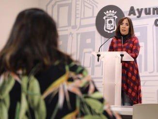 La concejal Alicia Narciso explica el servicio de la Red de Menús Solidarios para mayores.