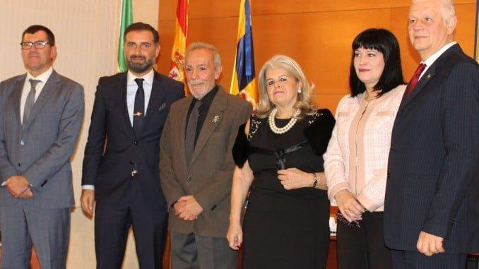 Los galardonados con el Peregil de Plata, junto con el alcalde de Moguer y representantes de la Universidad,Consejería de Cultura y de la Diputación.