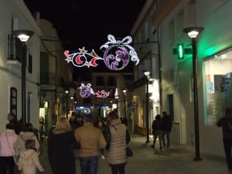 El alumbrado navideño ya luce en las calles de Lepe