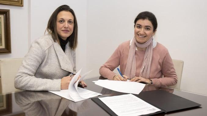 María José Pulido e Inmaculada Gallardo tras la firma del convenio