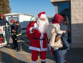 Los niños hospitalizados del Juan Ramón Jiménez han recibido la visita de Papá Noel