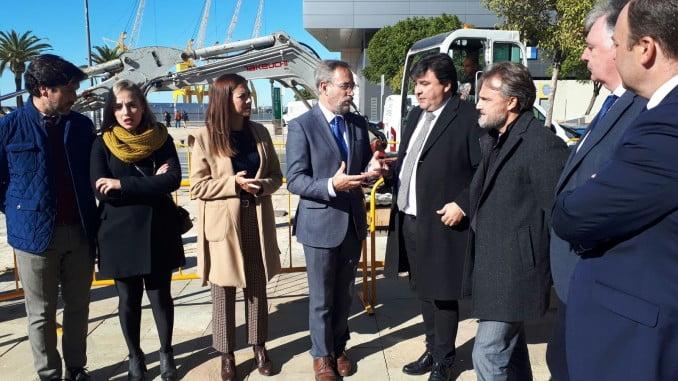 Los consejeros de Fomento y de Medio Ambiente v el alcalde de Huelva visitan las obras del carril bici