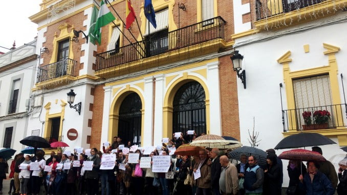 Concentración de trabajadores de Ayuda a Domicilio de Valverde, a los que se les debe las nóminas