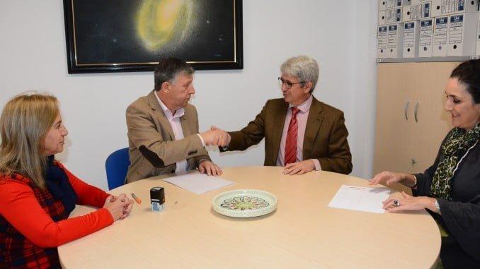 José Antonio Agüero y Carmelo Romero rubrican el convenio Fundación Cepsa-Palos de la Frontera con un apretón de manos