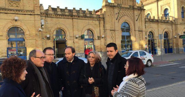 Responsables socialistas ante la estación de Renfe en Huelva