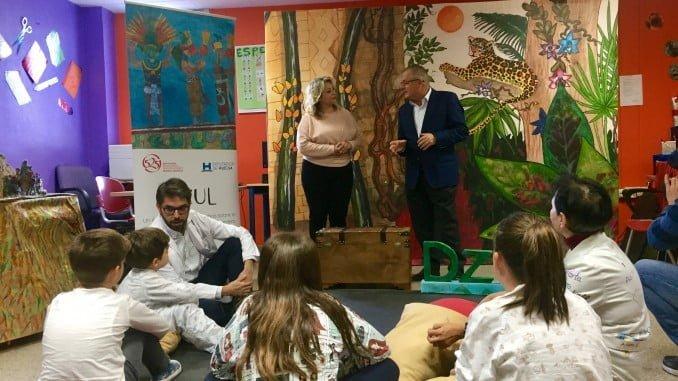 Los pequeños atienden las explicaciones sobre el 525 Aniversario en el hospital