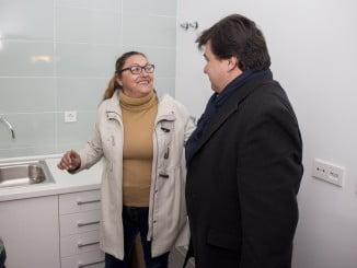 El alcalde en una de las viviendas rehabilitadas en Pérez Cubillas