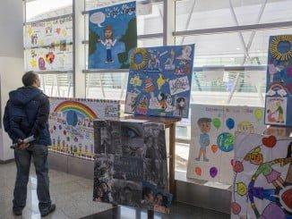 El Centro Comercial Aqualón acoge los trabajos de los escolares por el Día de la Infancia