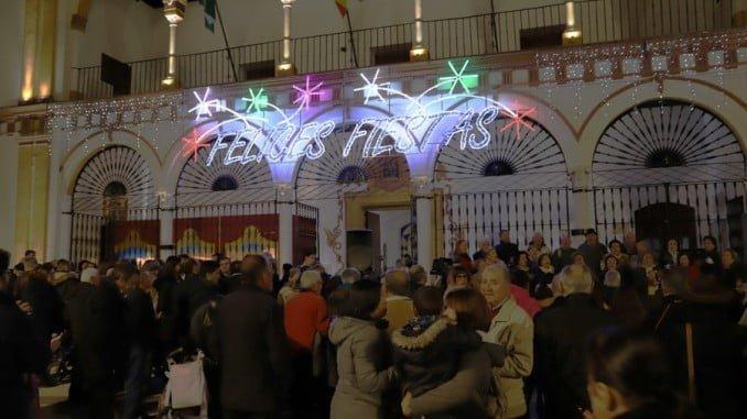Moguer ya tiene alumbrado de Navidad y su belén en el Ayuntamiento