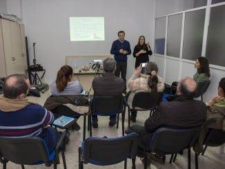 A través de una intérprete, la población sordomuda aprende a prevenir accidentes infantiles