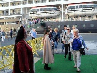 Turistas del crucero Azamara Quest desembarcando en el Puerto de Huelva