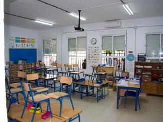 Entre las inversiones acometidas se encuentran actuaciones de limpieza, pintura y reparación de sistemas de alarmas en los 14 centros educativos en los que el Ayuntamiento tiene competencias