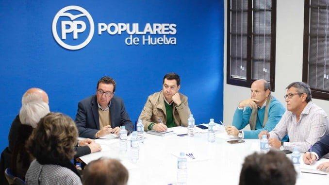 Juanma Moreno se ha reunido en Huelva con representantes de la sanidad pública