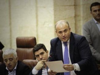 El parlamentario Julio Díaz en la Cámara andaluza