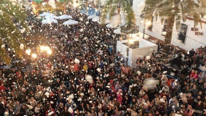 Cientos de valverdeños han acudido a la primera nevada en la localidad por las fiestas navideñas