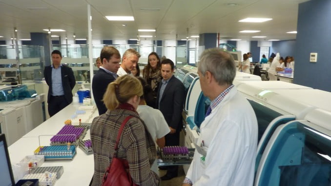 Visita de los belgas a los laboratorios del Hospital Juan ramón Jiménez