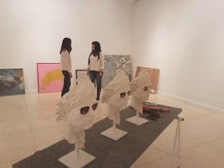 Preparativos en el Museo de la exposición 'Huelwarhol. Diálogos de Andy Warhol con el Arte onubense'