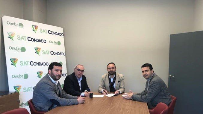 El delegado de Agricultura junto al alcalde de Rociana en la cooperativa Condado de Huelva