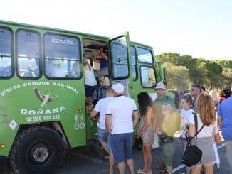 Un grupo de turistas visitando Doñana