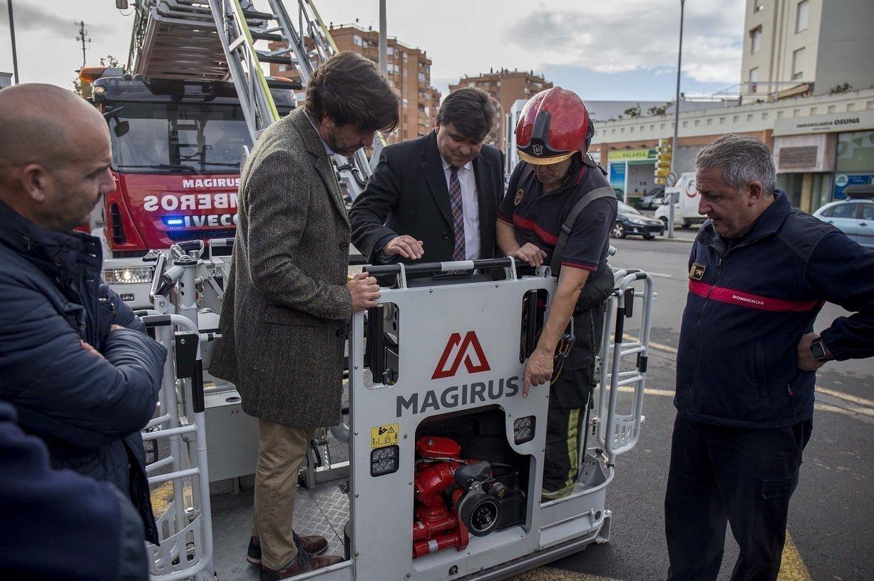 El alcalde ha presentado los dos nuevos vehículos de Bomberos