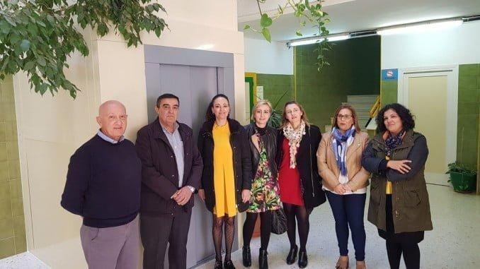 El delegado de Educación y la alcaldesa de Gibraleón visitan el Ceip Fuenteplata