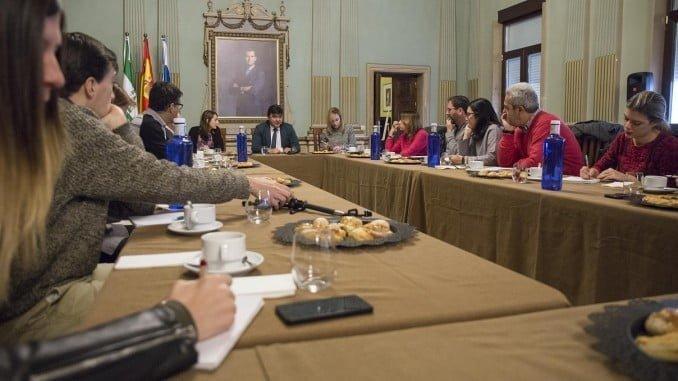 El alcalde de Huelva, Gabriel Cruz, hace balance de su gestión en un desayuno informativo