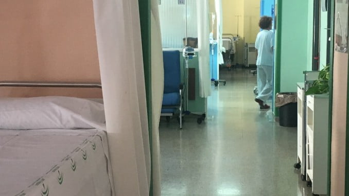 Uno de los afectados por meningitis se encuentra grave en el Hospital Juan Ramón Jiménez