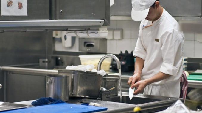 Un estudio demuestra  que la juventud se contrata en los sectores productivos de hostelería, comercio y agricultura, con los salarios más bajos