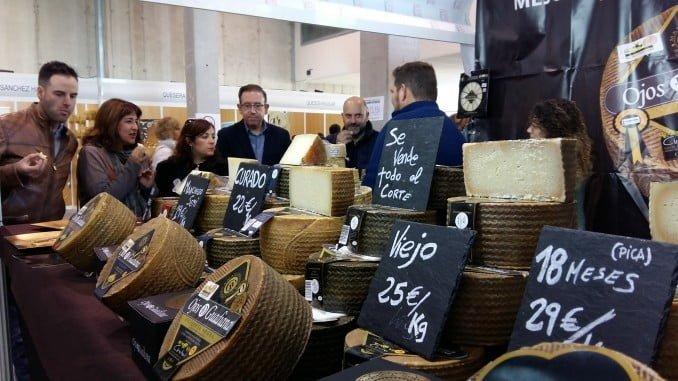 Inauguración del mercado de queso de Aracena. En la imagen alcalde y parte de la corporación lo visitan