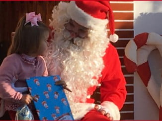 Papa Noel repartió regalos a los niños en Nerva