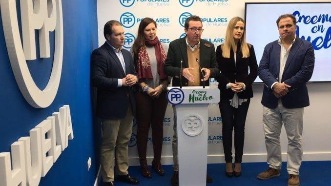 El presidente del PP de Huelva junto a miembros de la Dirección Provincial