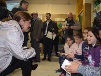 La consejera de Educación, Sonia Gaya, en su visita al colegio 'Enebral' de Punta Umbría