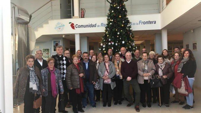 Escolares, asociaciones y vecinos participan colocando estrellas con deseos en el árbol navideño