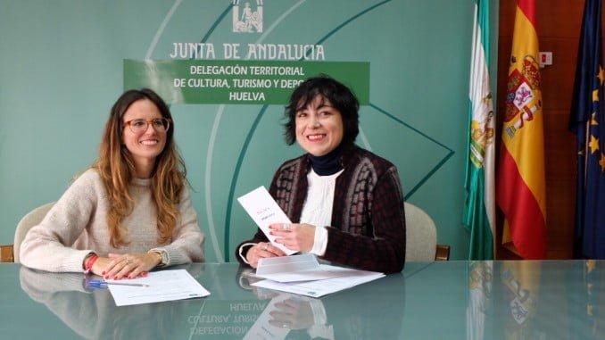 Natalia Santos y Elena Tobar han firmado el convenio mediante el cual el consistorio onubense recibe las claves de acceso a esa base de datos