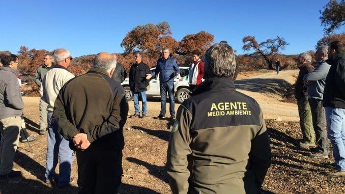 Cortés junto a alcaldes, propietarios y técnicos en la zona del incendio de La Granada